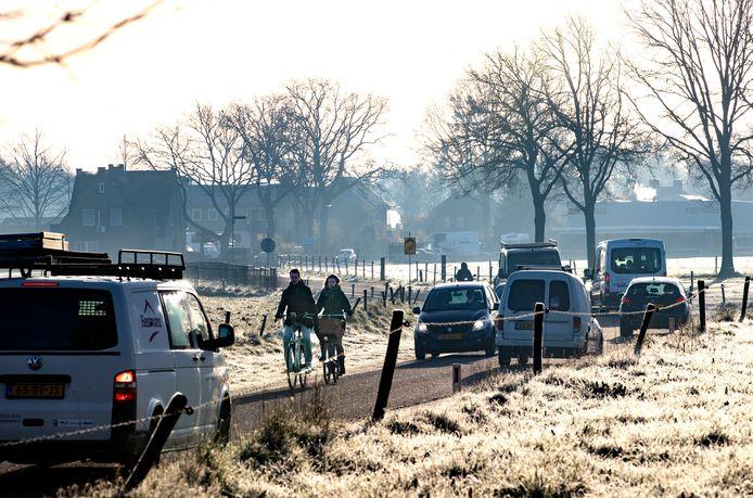 De omleidingsroute via de Hogeweg in Lierop brengt snel- en langzaam verkeer dichter bij elkaar dan normaal.