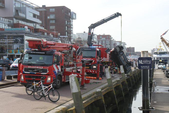 Auto te water op de Doctor Lelykade in Scheveningen.