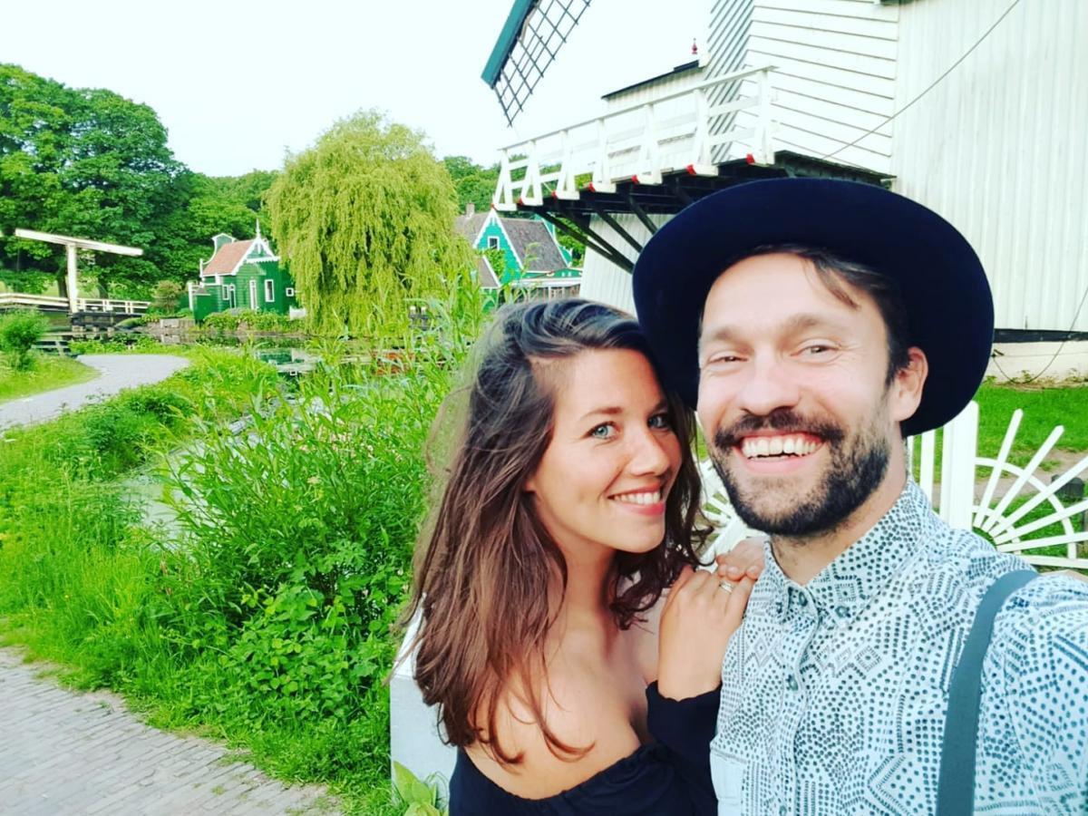 Tryntsje (30) reisde met haar man Freerk rond, en overnachtte gratis in ruil voor optredens.