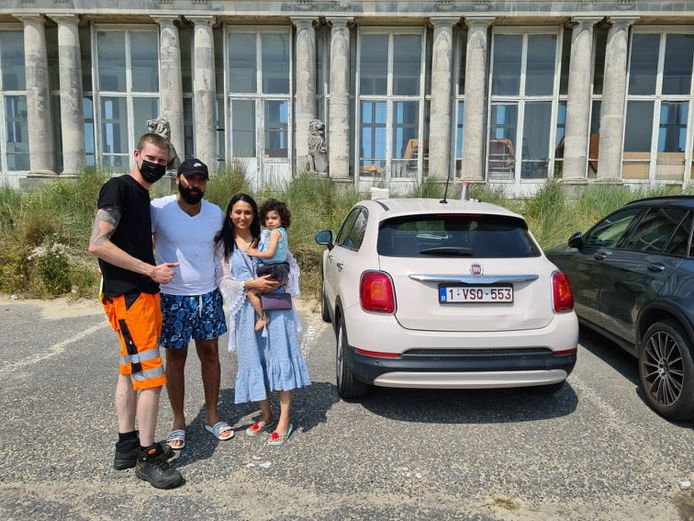 Mama Houda, papa Mourad en dochter Céline met takelaar Mathew Devriendt van Depannage SOS bij hun wagen. Céline zat er een kwartier in opgesloten en de temperatuur steeg snel.