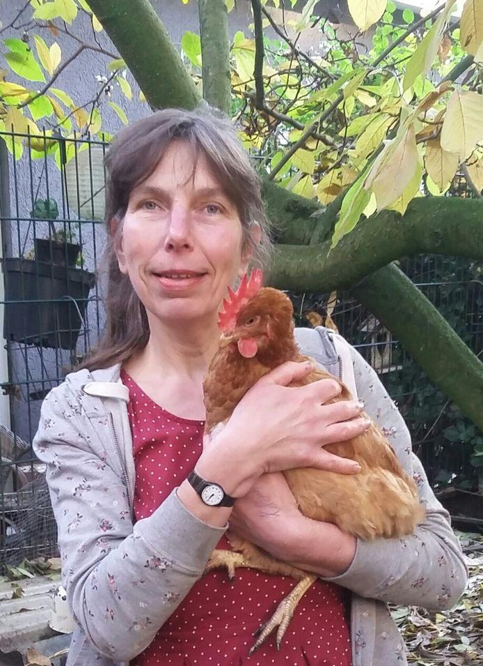 Sandra met een kip, niet dé kip. Die is inmiddels overleden.