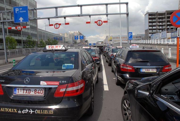 De taxi's aan de luchthaven krijgen concurrentie van Uber.