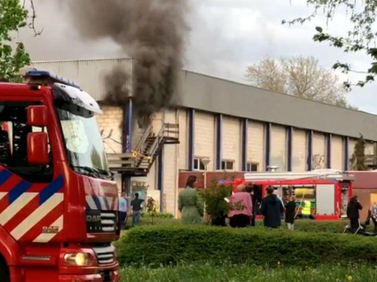 Brandweer sloopt muur om brand in Zwolse Stilohal te blussen