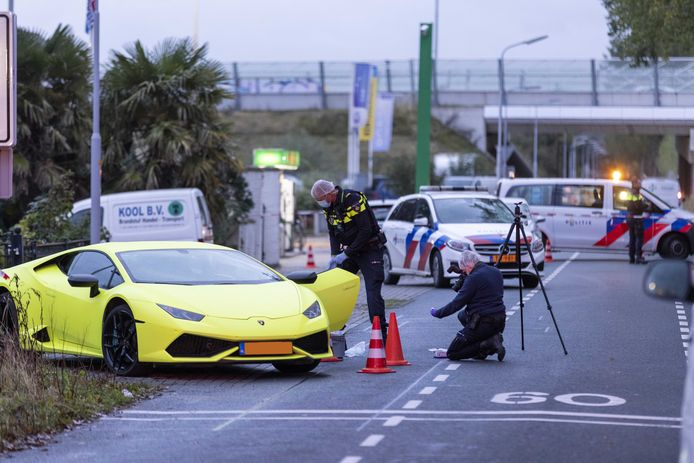 De gele Lamborghini waarin de 29-jarige Amsterdammer met een schotwond werd aangetroffen.