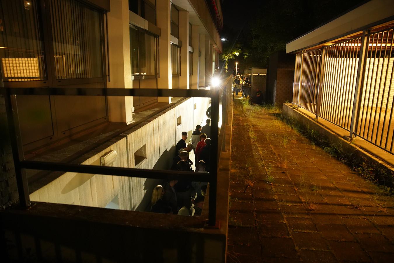 Politie grijpt in Deventer in bij een illegaal feest in een kelder van een kantoorpand aan de Verzetslaan. Honderden jongeren worden op de bon geslingerd in de sluis die het pand uitleidt.