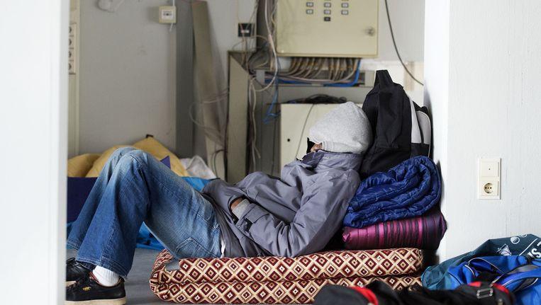 Een van de uitgeprocedeerde asielzoekers in april van dit jaar in één van de gekraakte panden waarin de vluchtelingen tot nu toe verbleven. Beeld anp