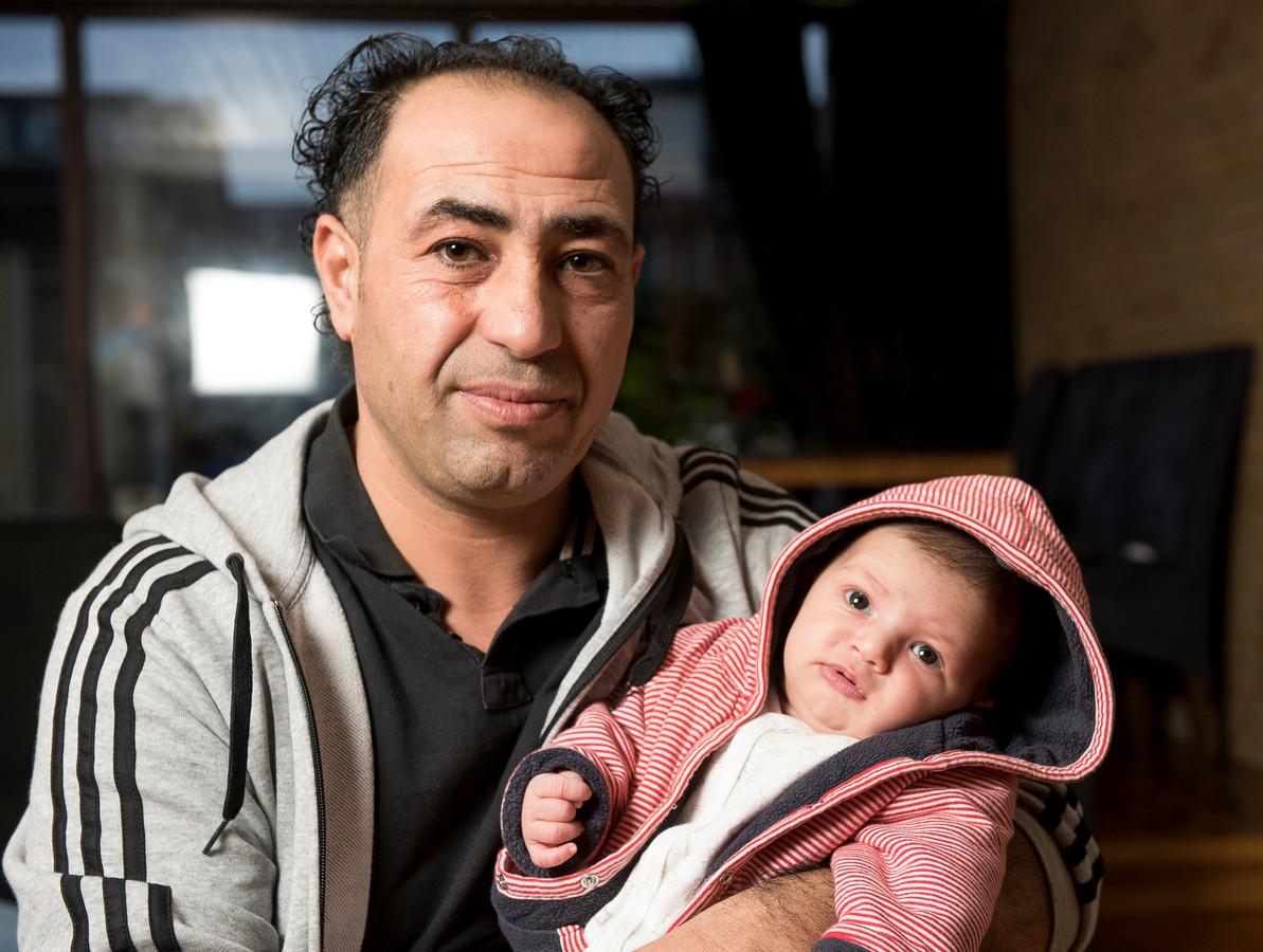 De Syrische vluchteling Mahmoud Alfarj met dochter Nour. Zijn huurtoeslag is stopgezet omdat hij iemand in huis genomen zou hebben, maar dat is zijn pasgeboren dochter.
