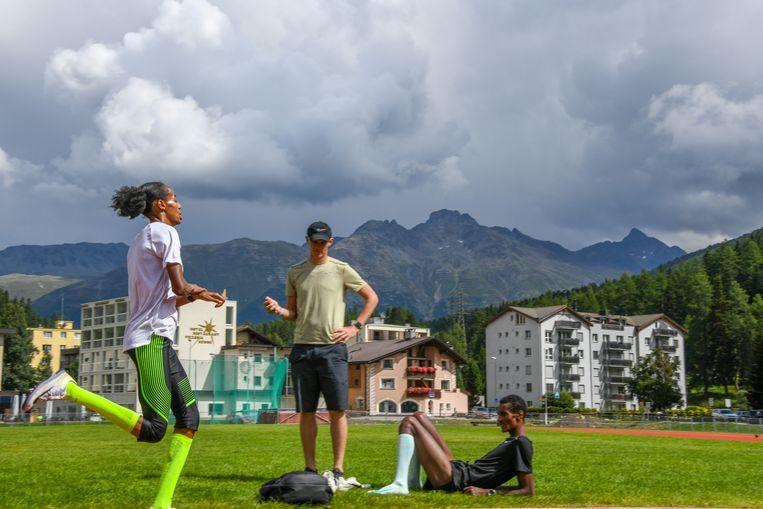 Sifan Hassan met haar nieuwe coach Tim Rowberry, toen nog de assistent van Alberto Salazar, in het Zwitserse Saint-Moritz, september 2019. Beeld Erik van Leeuwen