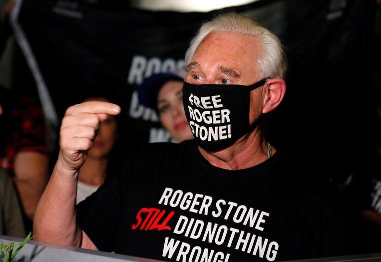 Roger Stone bij zijn huis in Fort Lauderdale (Florida), nadat president Trump zijn celstraf heeft kwijtgescholden. Beeld REUTERS