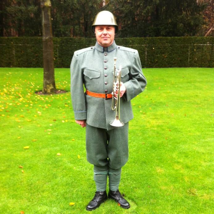Een militair met een ruim zeventig jaar oud uniform blies tijdens de herbegrafenis.