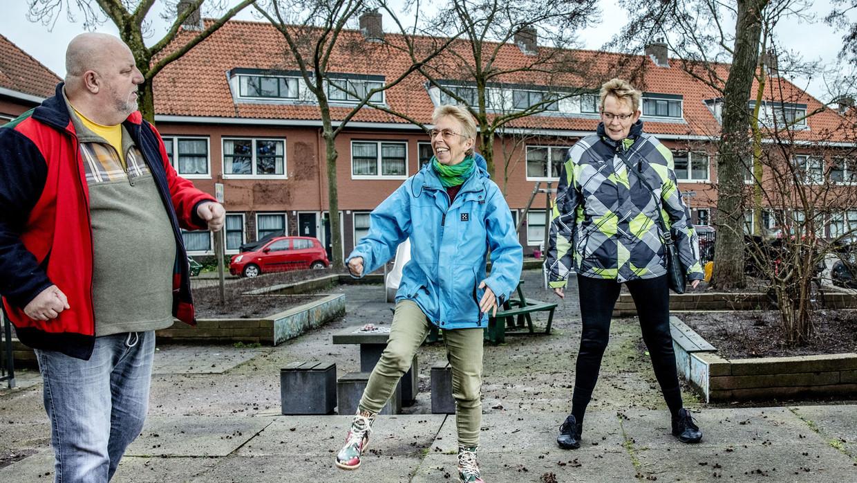Deelnemers van 'Gezond Noord' doen een warming-up voor hun wandeling. Vlnr: Gerrit Klarenbeek (64) , Els Annegarn en Simone van Dijk (64).