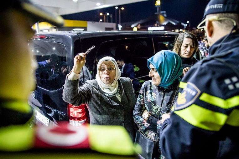 De aangehouden Turkse vrouw wappert met haar paspoort op het Shell-tankstation nabij De Kuip. Beeld Freek van den Bergh / de Volkskrant