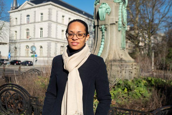 Nadia Nsayi voor de obelisk die herinnert aan het ontstaan van de kolonie Belgisch Congo
