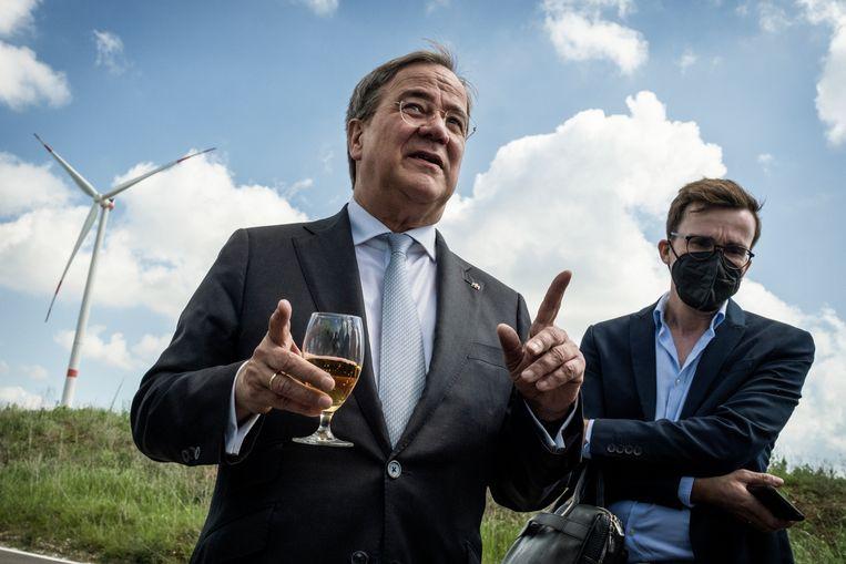Armin Laschet bij een windmolen. Het Berlijnse energiebeleid bevalt niet iedereen in de CDU; sommigen hebben liever dat de kernenergie terugkeert in Duitsland. Beeld Daniel Rosenthal / de Volkskrant