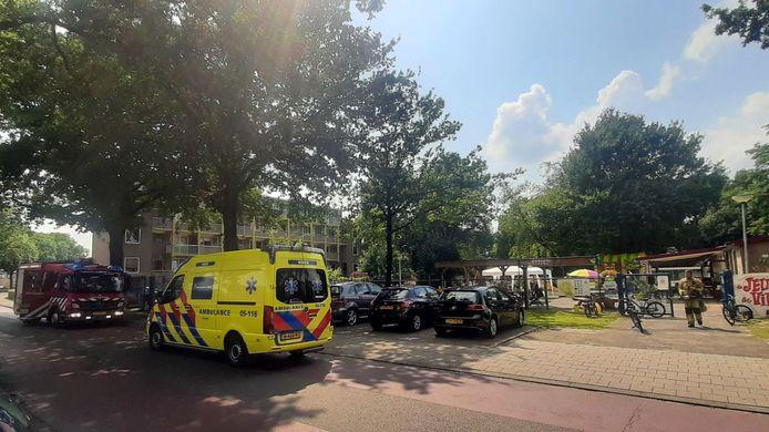 Het kind werd bevrijd door brandweer en nagekeken door ambulancepersoneel.