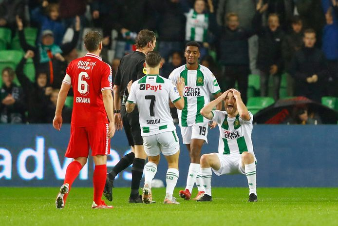 Michael de Leeuw kan het niet geloven als scheidsrechter Martin van den Kerkhof zijn goal heeft afgekeurd.