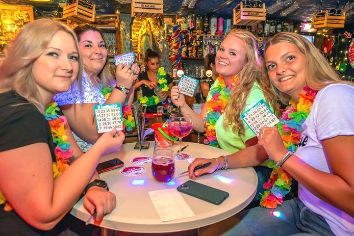 Geen silent disco bingo, maar een normale bingo bij 't Slik.  v.l.n.r. Sanne, Lieke, Kyra en Sophie zijn klaar voor een gezellig avondje uit.