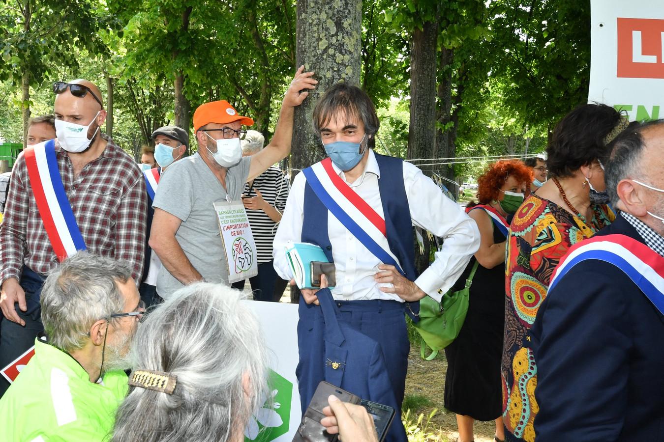 Cédric Villani lors de la manifestation des agriculteurs bio à Paris le 2 juin 2021.