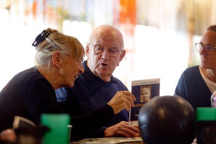 Football Memorie voor dementerenden in het Willem II-stadion. Jan van Esch gaat met zijn vrouw en dochter op in de Football Memories.