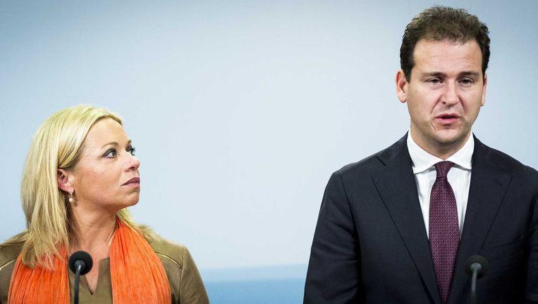Vice-premier Lodewijk Asscher en minister van Defensie Jeanine Hennis-Plasschaert geven een korte toelichting na de extra ministerraad over deelneming aan de internationale strijd tegen Islamitische Staat (IS). Beeld anp