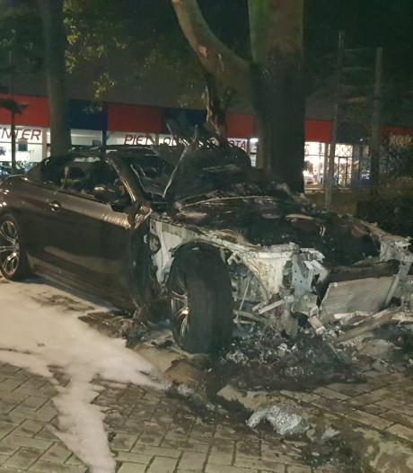 Auto van twee ton in vlammen opgegaan