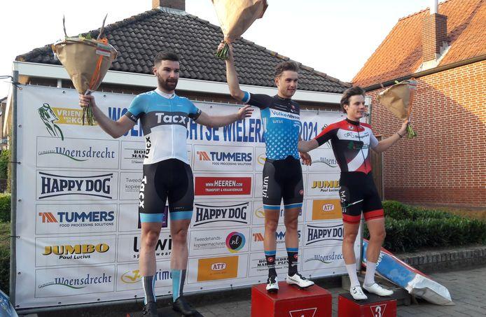 Podium Ronde van Woensdrecht 2021. Winnaar Rens Tulner geflankeerd door nummer twee Rico van Damme (Links) en Remco Schouten.