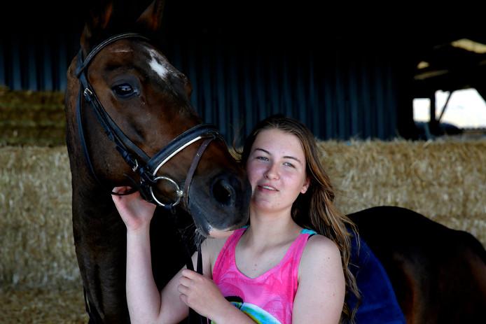De autistische Joanna van der Heiden heeft 5.000 euro nodig om paardentherapie in het Zuid-Amerikaanse Bolivia te kunnen volgen.