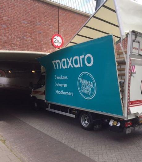 Het was weer raak: busje rijdt zich klem in tunneltje bij Maarn
