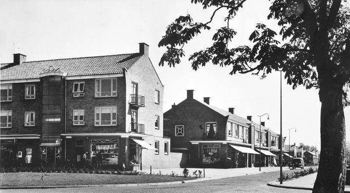 De winkelstrook op de hoek van de Josef Haydnlaan/Schubertstraat, begin jaren '70. De foto staat bij de maand september.
