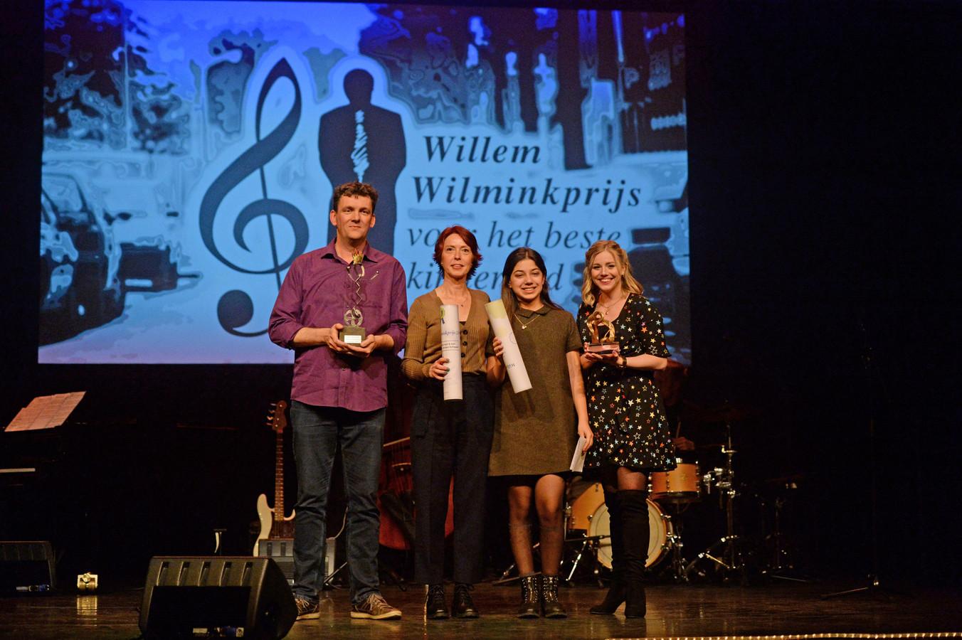 Uitreiking Willem Wilminkprijs voor het beste kinderlied. Tekst en muziek Jeroen Schipper, zang Kirsten Vermeij het lied kijk eens wat ik Kan