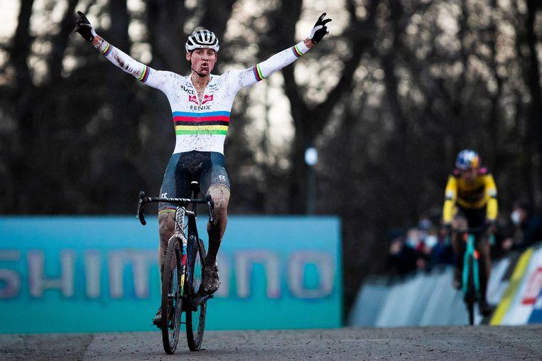 Mathieu van der Poel wint in Namen. In de achtergrond de eerste geklopte: Wout van Aert. Beeld AFP