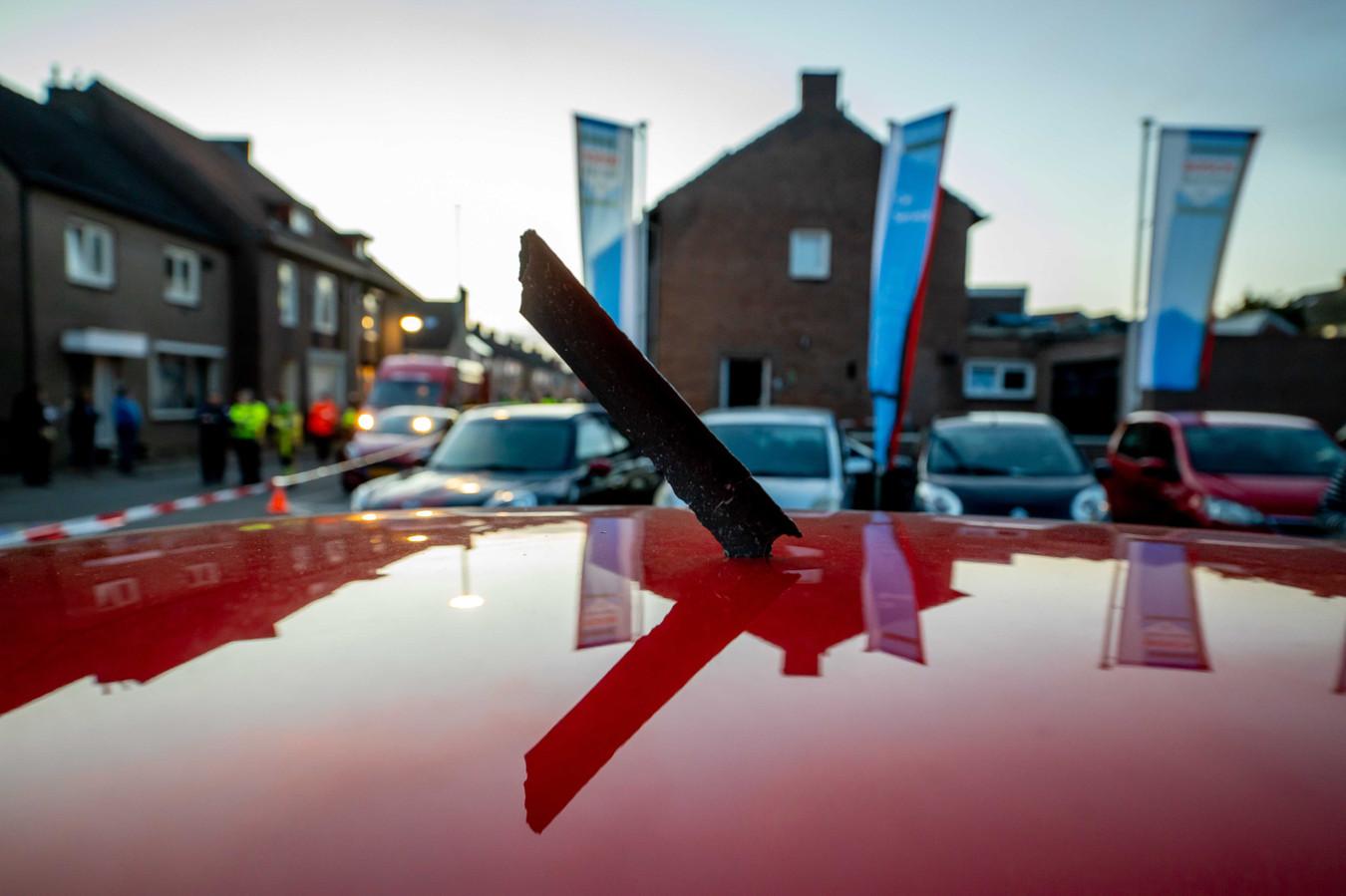 Een onderdeel van de vliegtuigmotor in het dak van een auto bij een garagebedrijf in het Nederlands Limburgse Meerssen.