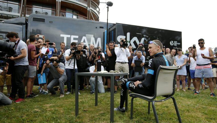 Chris Froome zit tijdens een rustdag van vorig jaar in Pau klaar om de pers te woord te staan. Beeld EPA