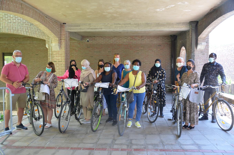 Enkele deelnemers aan het fietsproject voor volwassenen met hun fietsdiploma.