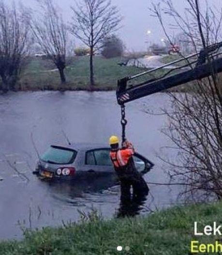 Bestuurder mist bocht vanwege slecht zicht en belandt met auto in het water
