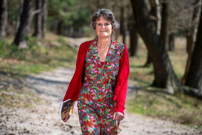 Annette van Dijk, schrijfster van boek over haar tijd in Malawi, op de plek waar ze haar gedachten kanaliseerde voor haar boek