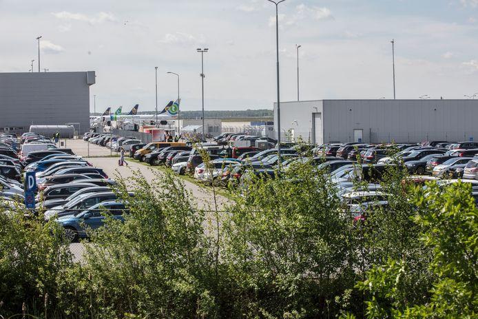 Parkeerrplaats P5 bij Eindhoven Airport; de plek waar de luchthaven een grote parkeergarage wil bouwen.