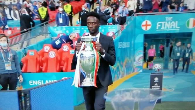 Mooi maar ook erg bizar moment vlak voor EK-finale: 'robot' Eder brengt de trofee Wembley binnen