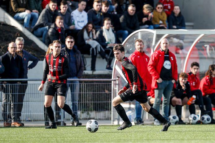 Johan van Batenburg (voor de dug-out) neemt na drie seizoenen afscheid als trainer van Gastel, wel blijft hij nog speler van het vierde elftal.