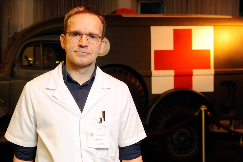 Dokter Patrick Soentjens:  'Het coronavirus blijkt nu wel mee te vallen, maar ooit krijgen we te maken met een respiratoir virus waaraan veel mensen zullen sterven. Dit is een goede oefening.' Beeld Photo News
