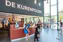 Drukte bij de receptie van vakantiepark De Kurenpolder.
