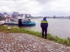 Harde wind duwt auto de Merwede bij Gorinchem in
