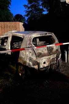 Auto brandt volledig uit op chaletpark in Ermelo: woning blijft niet schadevrij