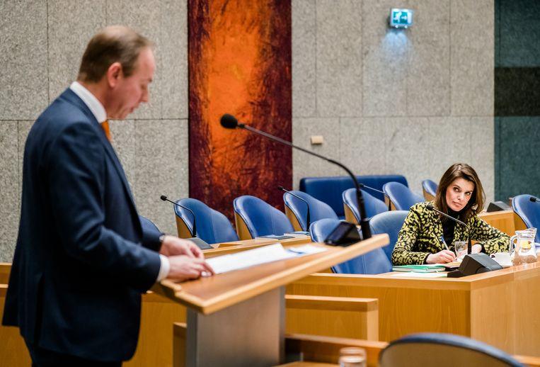Kees van der Staaij (SGP) en Staatssecretaris Barbara Visser van Defensie (VVD) tijdens het Tweede Kamerdebat over de voorgenomen verhuizing van de marinierskazerne in Doorn.  Beeld ANP