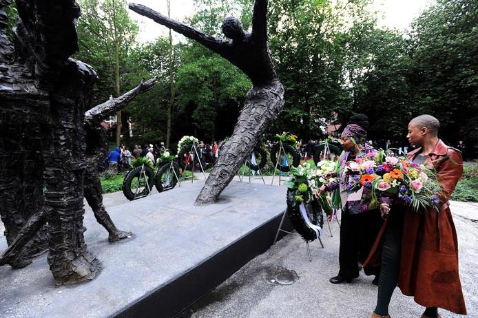 De jaarlijkse herdenking bij het Nationaal Slavernijmonument in het Amsterdamse Oosterpark. Het is dit jaar 155 jaar geleden dat de Nederlandse regering een einde maakte aan de slavernij in Suriname.