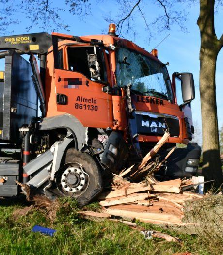 Vrachtwagen ramt boom bij Vriezenveen: bestuurder gewond, weg afgesloten