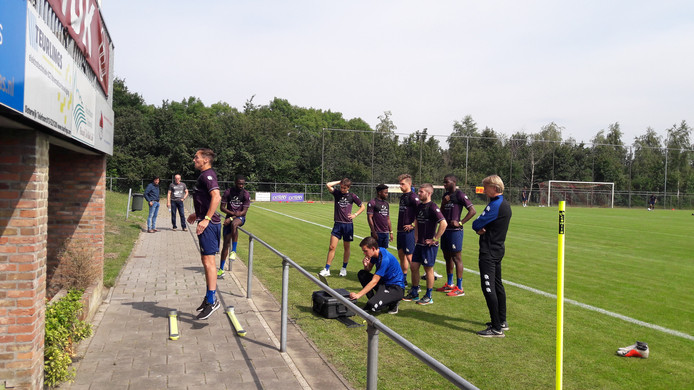 Freek Heerkens doet een springoefening tijdens het trainingskamp van Willem II.
