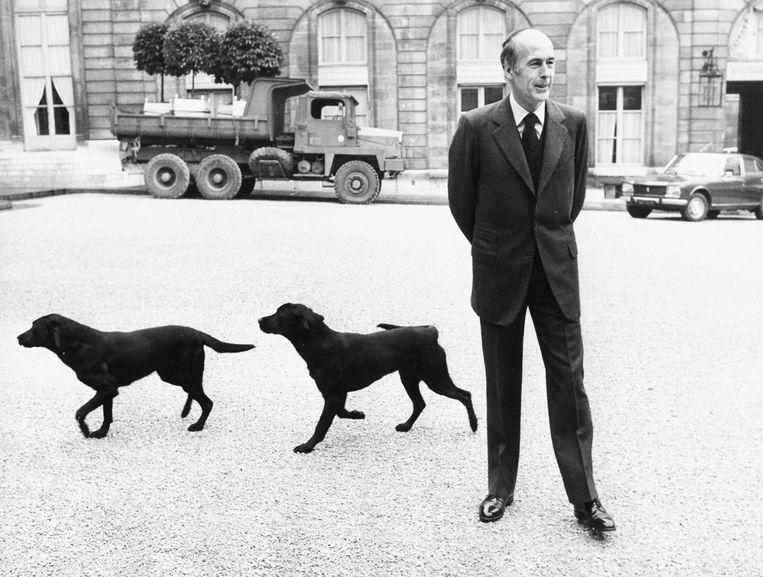 Giscard d'Estaing tijdens zijn presidentschap in 1975, met zijn twee labradors in Parijs. Beeld Getty Images