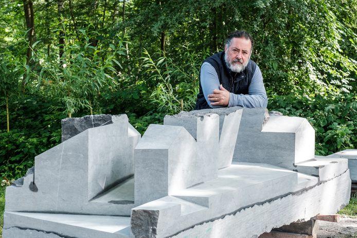 Cubaans beeldhouwer Oscar Aguirre Comendador bij zijn werk