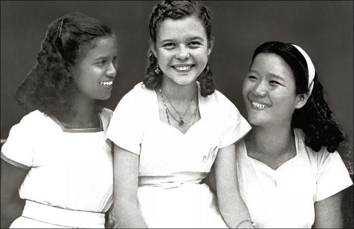Maria Bertha Hertogh vlak voor haar vertrek naar Nederland met twee vriendinnetjes.